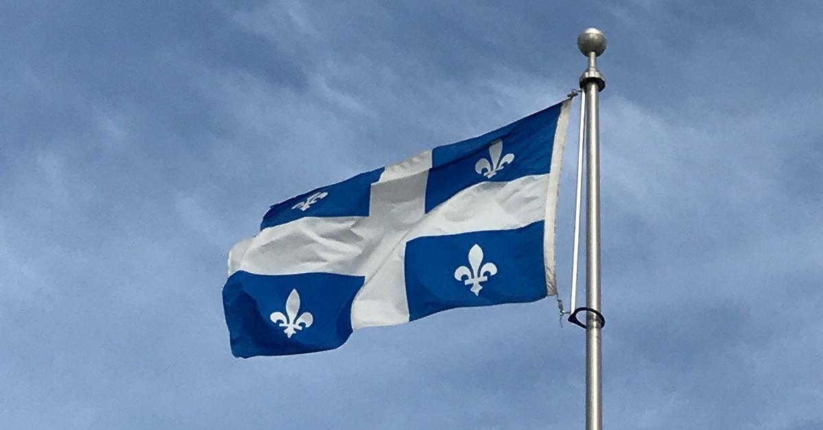 Un drapeau du Québec flottant dans le ciel.