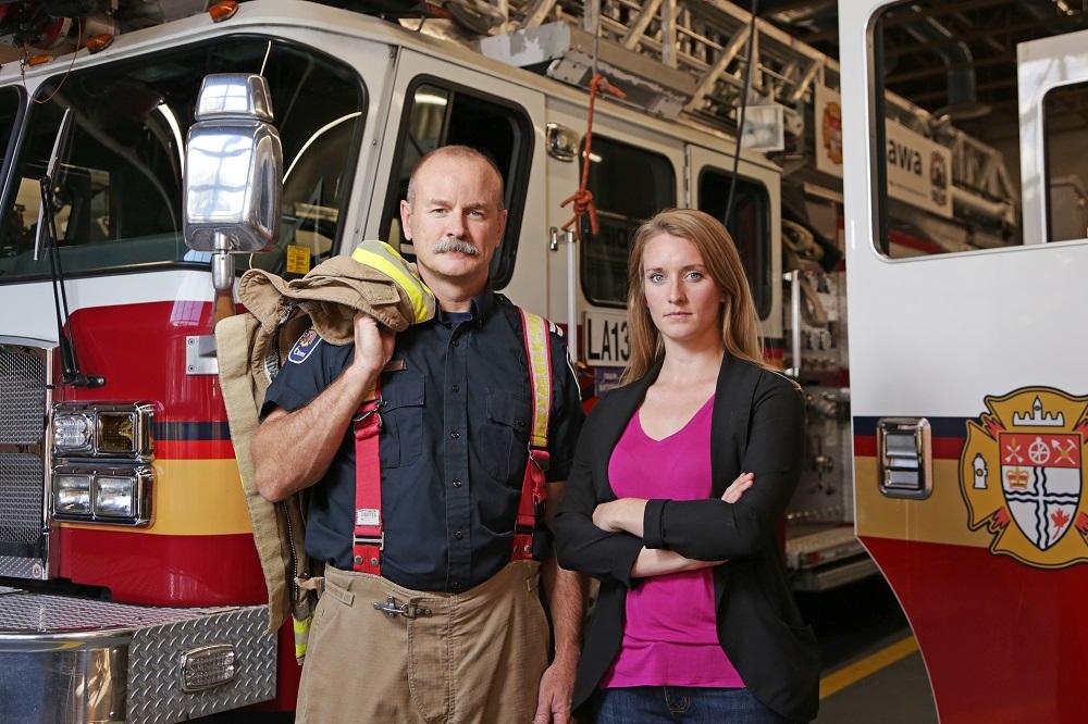 Le capitaine David Matschke et la chercheure Jennifer Keir dans une station de pompiers d'Ottawa