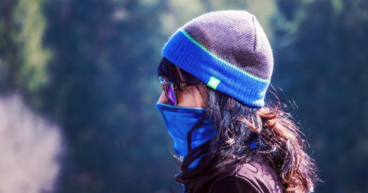 Une femme qui porte un masque facial