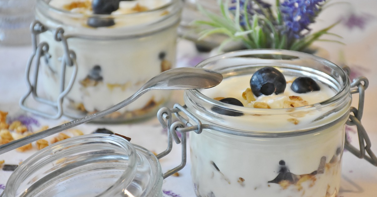 Yogurt, blueberries and oats in Mason jars.
