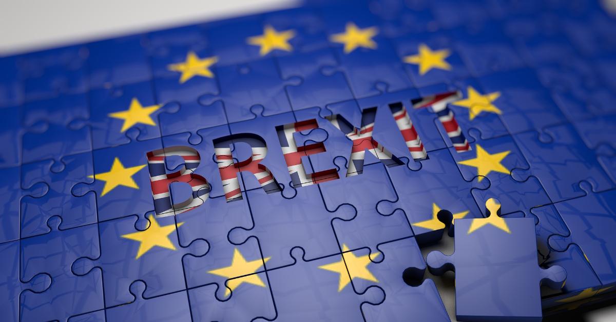 Un puzzle fait avec le drapeau de l'Union européenne révélant un drapeau du Royaume-Uni épellant