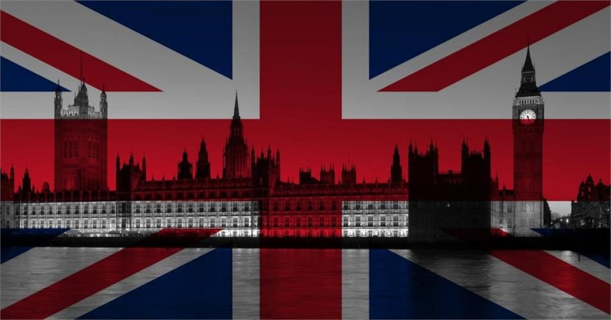 Le Parlement britannique avec l'Union Jack en arrière-plan.