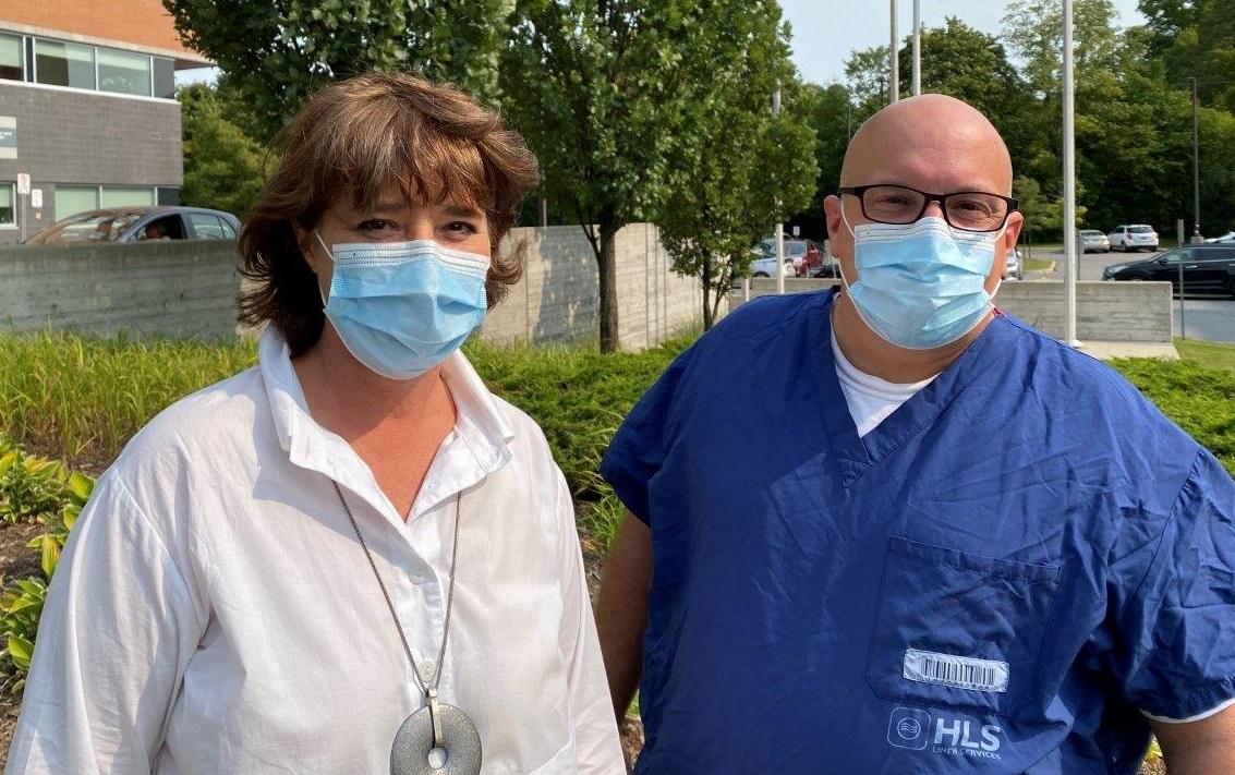 La Dre Marie-Hélène Chomienne avec Paul Shean, membre du personnel de nettoyage de l'Hôpital Montfort