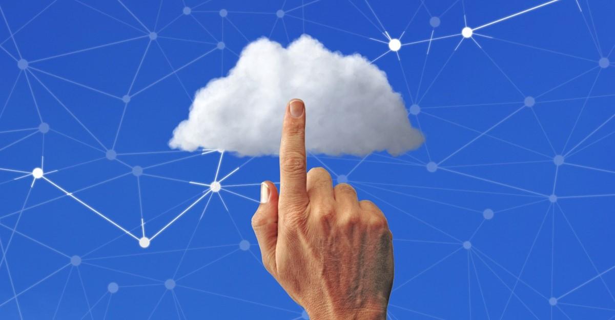 Un doigt tendu vers un nuage