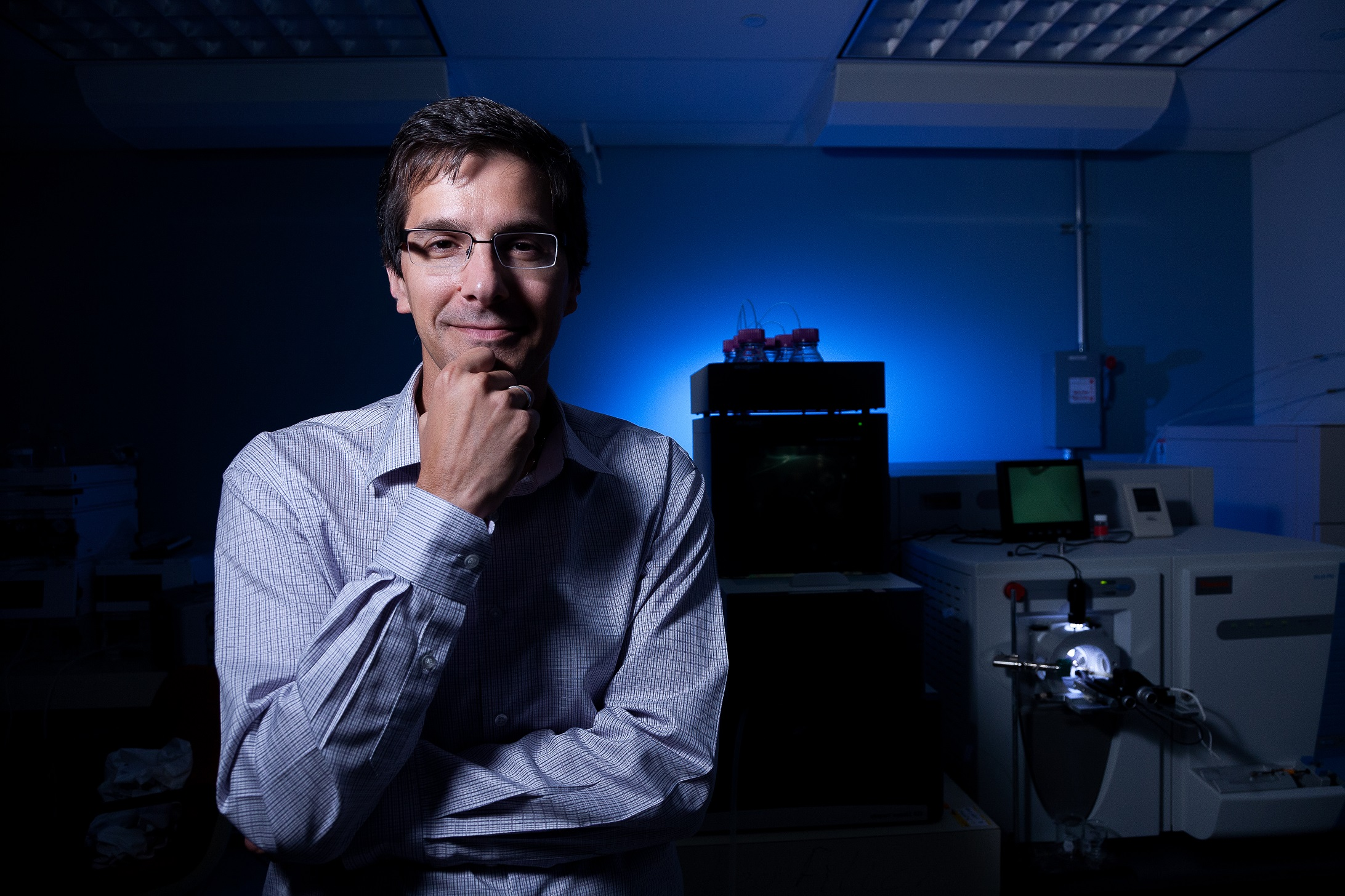 Daniel Figeys, Professeur uOttawa debout à coté d'équipements haute technologie.