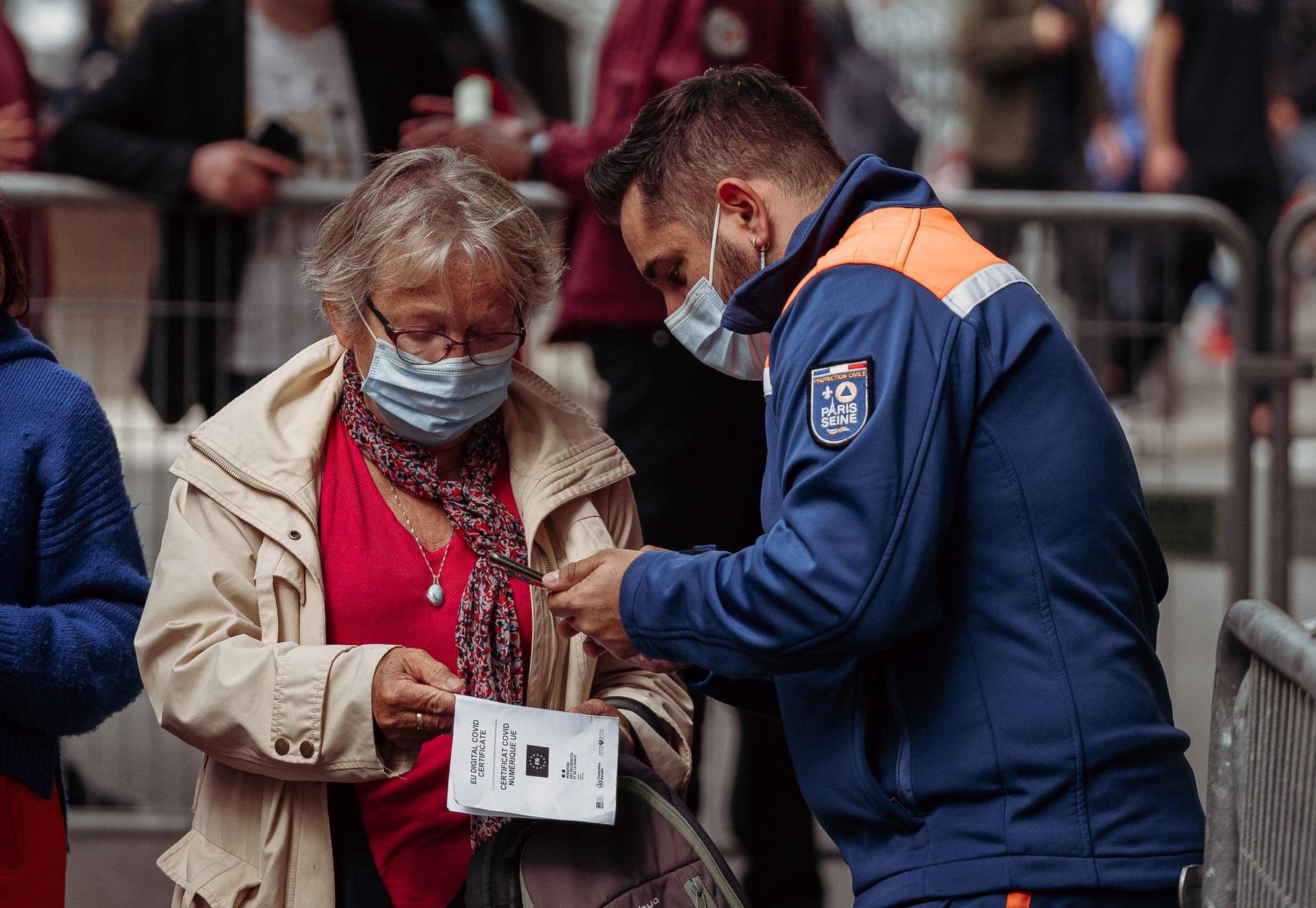 Police checks proof of COVID-19 vaccine documentation