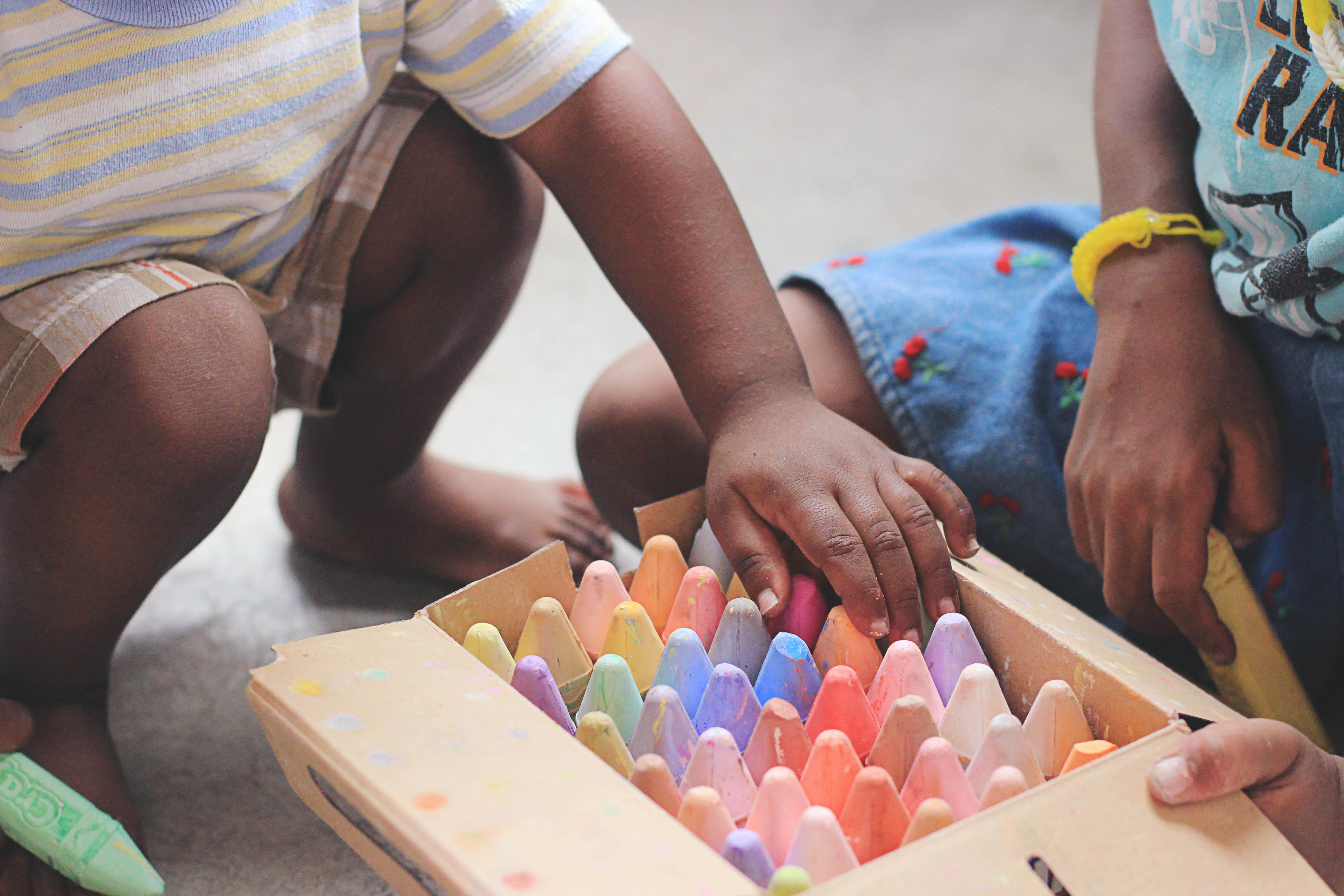 Children playing with chalk / Enfants jouant avec de la craie