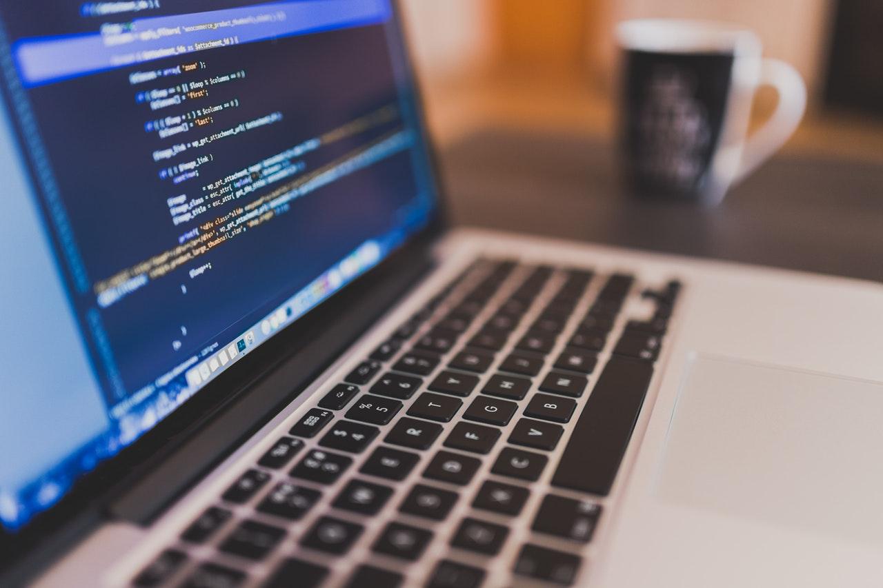Photo d'un ordinateur avec du code à l'écran