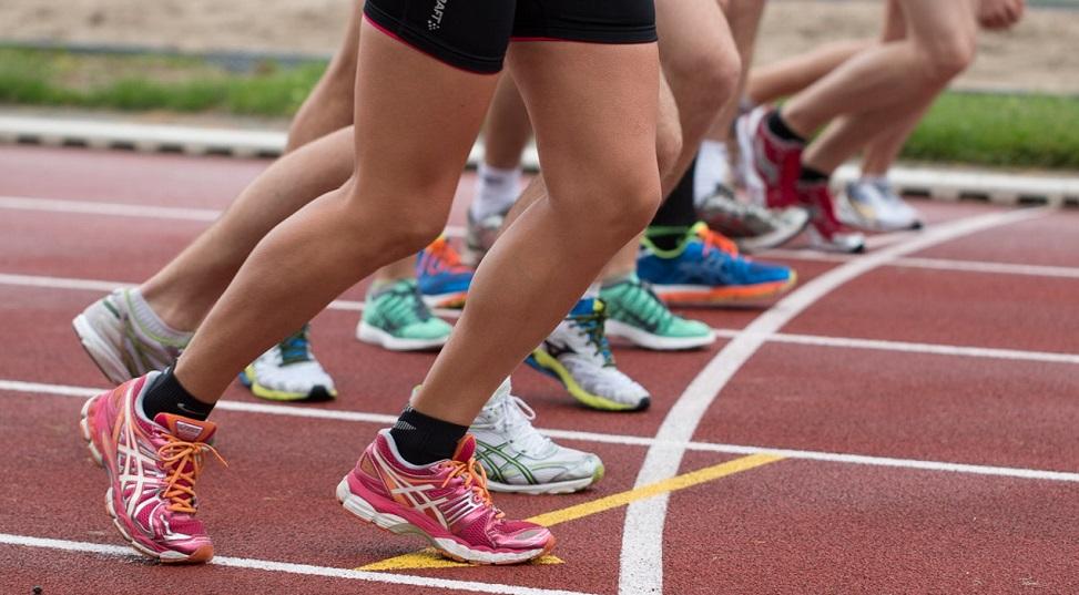 Groupe de coureurs sur une piste de course