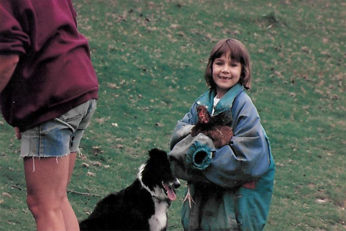Sarah a l'âge d'enfance avec un poulet